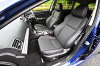 スポーティーグレード「2.0GT-S EyeSight」には、ブルーステッチ入りのスポーツシートが与えられる。テスト車(オプション装着車)の座面と背もたれは、標準のアルカンターラと異なる本革仕様である。