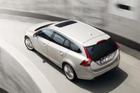 スポーティなデザインを主張する新型ワゴン「V60」。ヘッドランプからリアランプへとつながるショルダーラインが特徴的。