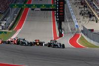 サーキット・オブ・ジ・アメリカズの特徴的なターン1に進入する22台のF1マシン。先頭はハミルトン、2番手にはレッドブルのリカルドが上がり、ロズベルグは3番手に落ちた。(Photo=Mercedes)