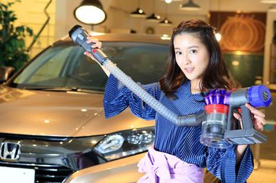 """ドライブの汚れも一網打尽。""""美人すぎるタクシードライバー""""がダイソンの吸引力をリポート。"""