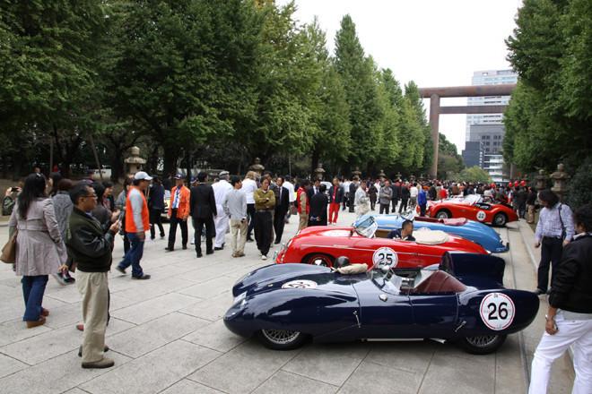 靖国神社の参道に並んだ出場車両。車列は参道の左右にあるのだが、ご覧のように平日の昼間にもかかわらずギャラリーが意外なほど多く、向かって左側の車列はほとんど見えない。