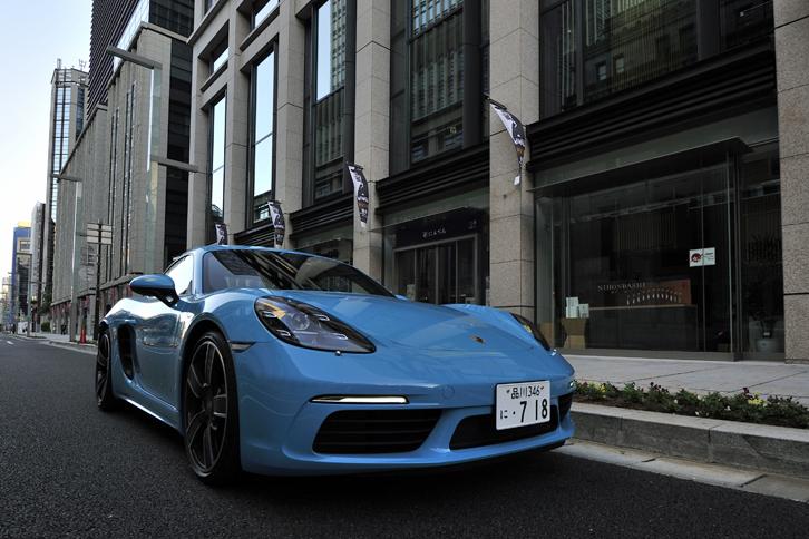 従来モデル「ポルシェ・ケイマンS」の跡を継ぐ高性能スポーツカーとして開発された「718ケイマンS」。日本国内では、2016年7月にデビューを飾った。