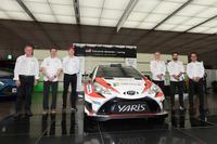 トヨタ自動車東京本社に勢ぞろいしたチームメンバー。来年はここにタナック/ヤルヴェオヤ組が加わることになる。