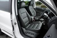 チタンブラックのレザーシート。運転席には8ウェイパワーシート&パワーランパーサポート、助手席にもシートヒーターが標準装備される。