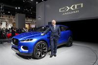 ジャガーのイアン・カラム氏とコンセプトカーの「C-X17」。