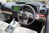 アイボリーの本革シートがオプション装着されたレガシィツーリングワゴン2.5GT SIクルーズのインテリア。