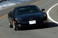 タイヤサイズは、前後とも1インチアップ。フロントが245/40ZR18、リアは285/35ZR19インチを履く。パンクしても一定速度で走れる「エクステンディッド・モビリティ・タイヤ」だ。日本仕様はブレーキが強化され、全車がハイパフォーマンス版「Z51」(未導入)と同じ、大径ドリルドローターを標準装備する。
