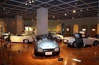 4階展示室には小型のスポーツカーと軽乗用車が並ぶ。