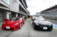 「LEXUS AMAZING EXPERIENCE ドライビングレッスン」のひとこま。このイベントでは、参加者自身によるスーパースポーツ「LFA」のサーキット走行(写真)が目玉となっている。