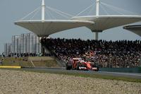 スタートでクビアトにインを取られたベッテル(写真)は、アウト側で並走していたキミ・ライコネンと接触、チームメイトをはじき出してしまい、フェラーリは早々に2台そろって順位を落としてしまった。最終的にベッテルは2位、ライコネンは5位まで挽回。レース後クビアトはベッテルからお小言をもらっていた。(Photo=Ferrari)