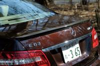 トランクリッドのカーボン製スポイラーリップは、「AMGパフォーマンスパッケージ」装着車の証し。