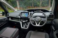 運転席まわりの様子。良好な視界を確保すべく、天地に薄いメーターパネルや細身のAピラーが採用されている。