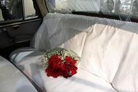 納車時の様子を再現すべく、リアシートには赤いバラが。リアパーセルシェルフに見える透明のダクトは、トランクタイプクーラーの吹き出し口。