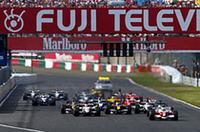 ポールシッターのラルフ・シューマッハーがトップで1コーナーへ。その真後ろのフィジケラが、2番グリッドのジェンソン・バトンから2位の座を奪った。この直後、佐藤琢磨とルーベンス・バリケロがコースオフし後退。最終コーナーではファン・パブロ・モントーヤがクラッシュしセーフティカーが導入された。(写真=フェラーリ)