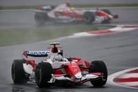 悲願の富士・日本GPで上位入賞を狙ったトヨタだが、予選・決勝とも振るわず。最初のセーフティカーラン中にピットインしたヤルノ・トゥルーリ(写真手前)は13位で完走。ラルフ・シューマッハー(同奥)は、電子系トラブル、ゴール目前にタイヤのパンクに見舞われリタイアに終わった。(写真=Toyota)