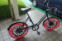 会場の一角には、空気のいらない自転車用タイヤ「ブリヂストン・エアフリーコンセプト」も展示されていた。2019年の実用化を目指すという。ウエットテストをしていないということで、試乗はかなわなかった。(写真=webCG)