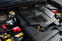 パワーユニットは2リッターの水平対向4気筒エンジンと10kWのモーターの組み合わせ。プライマリープーリーの後方にモーターを搭載するレイアウトは、パワートレインの全長を延ばさないための工夫だ。
