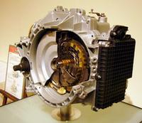 「TC-SST」は、独ゲトラク社との共同開発。約450Nm(45.9kgm)の高トルクに耐えるよう設計されており、将来的には「アウトランダー」以上のディーゼルモデルへの搭載が予定されている。 なお、燃費は5ATに比べて20%近く向上するとのこと。