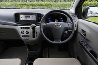運転席まわりの様子。比較的装備が簡素な「D」グレードと「L」グレードを除き、ブラックとベージュのツートンカラーとなる。