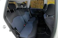 """先代より座面が1cm厚くなったフィットの後席。チップアップできるのが""""伝統の強み""""。"""