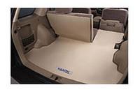 ラゲッジスペースには、撥水機能を持つマット、車内を照らすライトなどが備わる。