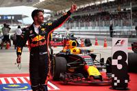 チームメイトの活躍を前に何としても表彰台を確保したかったレッドブルのリカルド(写真)。速いスーパーソフトタイヤを履いて猛追してくる4位ベッテルに、ソフトタイヤで応戦。上手なライン取りもあってフェラーリに先行を許すことはなかった。(Photo=Red Bull Racing)