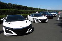 会場に並べられた、新型「NSX」や10段ATを搭載した「レジェンド」などの試乗車。