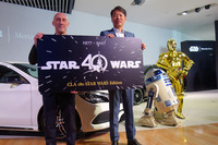 左からウォルト・ディズニー・ジャパン ゼネラルマネージャーのジャスティン・スカルポーネ氏、メルセデス・ベンツ日本の上野金太郎社長、R2-D2,C-3PO。