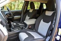 エントリーグレード「ロンジチュード」のシート表皮はファブリック。ただし、カーナビやプレミアムサウンドシステムといった快適装備は標準で備わる。