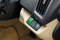 「M」「L」「Li」のFFモデルには、ECONスイッチが備わる。エンジン、CVT、エアコンを協調制御し燃費消費を抑えるシステムだ。