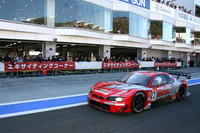 来場者を乗せ、コースインすべくピットロードを駆け抜けていく2003年GT500仕様の「モチュール・ピットワークGT-R」。ピットロードには「エキサイティングコーナー」と呼ばれる、相撲でいえば「砂かぶり」のポジションが設けられていた。