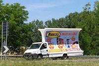 イベコ製トラック「ターボデイリー」を用いたアドトラック。日用品屋さんの宣伝だ。