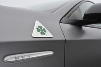 フェンダー部には、「クアドリフォリオ ヴェルデ(緑色の四つ葉のクローバー)」のエンブレムが添えられる。