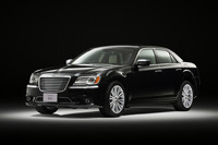 フィアット クライスラー ジャパンが2012年11月15日に発表した新型「クライスラー300」。カナダ工場製である。