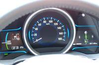 ハイブリッドモデルのメーターパネル。ガソリン車には、デザインの異なる3眼式メーターが与えられる。