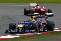 残り5周、ソフトタイヤに苦しむフェルナンド・アロンソ(写真後ろ)をやすやすと抜きトップに立ったハードタイヤのウェバー(同前)。チャンピオンシップでは首位アロンソとの差を7点縮め、13点差の2位につける。(Photo=Red Bull Racing)