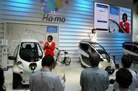 都市交通システム「Ha:mo」のデモンストレーション。カーシェアリングサービスのユーザー認証にはスマートフォンを利用しており、わずらわしいキーの管理や引き渡しを簡略化している。