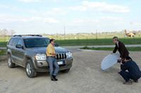 撮影では、大御所ジャーナリストだって手を貸して助け合います。
