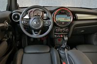 横基調のインパネに丸いメーター、モニター、エアコン吹き出し口を配するなど、インテリアデザインは初代、2代目と受け継がれてきたイメージを踏襲。