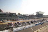 鈴鹿8時間耐久ロードレースの30回大会を記念し、コース上には「バイク文字」が。