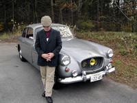 """Mr.カーン""と、愛車の「ブリストル406サルーン」(1960年型)。"