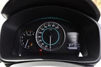 メーターは中央に速度計、左側にエンジン回転計を備えた2眼式。右側には燃費などの情報を表示するディスプレイが備わる。