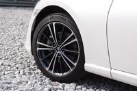 """ホイールは、16インチと17インチの2サイズが用意される。写真は、「GT」「GT""""リミテッド""""」のアルミホイール。タイヤは、「プリウス」にも採用されている「ミシュラン・プライマシーHP」が組み合わされる。"""