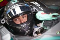 前戦オーストリアGPでハミルトンを打ち負かしたニコ・ロズベルグだったが、予選でまたしてもハミルトンにポールを奪われ、決勝では2番グリッドからのスタートで一気に4位まで落ちた。抜きにくいシルバーストーンで苦しい戦いを強いられたが、レース後半、雨で滑りやすくなった状況でウィリアムズの2台をオーバーテイクし、2位でフィニッシュ。ハミルトンとのポイント差は10点から17点に広がった。(Photo=Mercedes)