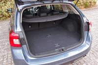 荷室の容量(5人乗車時)は、予備の収納スペースを含め522リッター。「レガシィツーリングワゴン」と同等以上の空間が確保される。