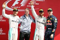 F1第10戦イギリスGPを制したメルセデスのルイス・ハミルトン(右から2番目)。2位でフィニッシュしたはずのメルセデスのニコ・ロズベルグ(一番左)だったが、レース後に無線の違反を取られ、リザルトに10秒加算されて3位に後退。代わって2位には、3位でチェッカードフラッグを受けたレッドブルのマックス・フェルスタッペン(一番右)が入った。(Photo=Red Bull Racing)