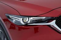 従来モデルから大きく意匠が変わったヘッドランプ。上級グレードには、12個のLED光源を個別に制御し、他車の眩惑(げんわく)を防ぎつつ夜間の視認性を高める「アダプティブLEDヘッドライト」が装備される。