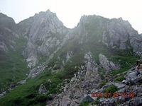 木曽駒ヶ岳を登山中に撮ったスナップ写真たち。今回は、氷河地形の名残を辿る現地講座に参加した。 これは、稜線に向かってカール地形を登る途中、「ほら、ここに断層がありますよ」と教えられ、わからぬままシャッターを押したもの。断層部は岩が細かく、植物が入り込んでいる。
