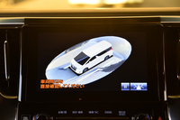 写真のように自車を外から見下ろしたような映像が得られる、最新のパノラミックビューモニターが用意される。