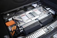 バッテリーは荷室の床下に搭載されている。